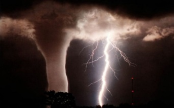 tornado_with_lightning